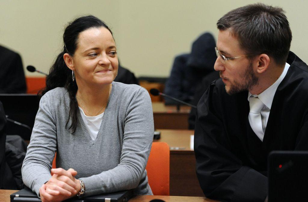 Beate Zschäpe sitzt am im Verhandlungssaal neben ihrem Anwalt Mathias Grasel. Foto: dpa