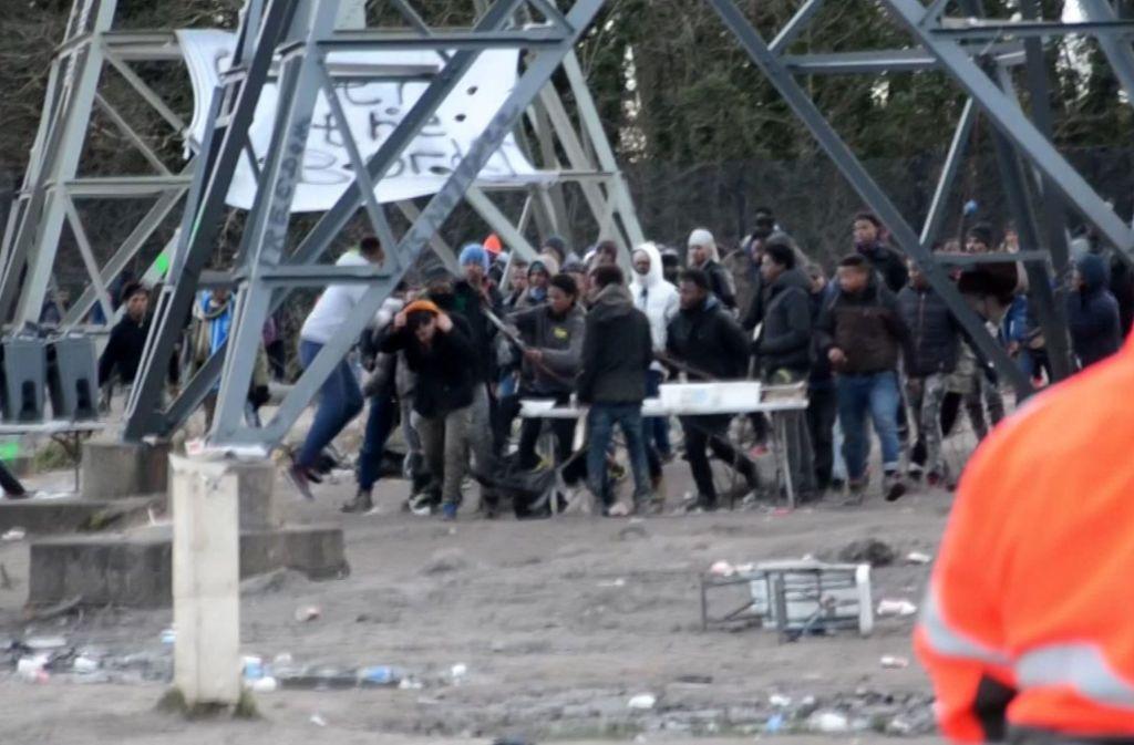 Nach schweren Auseinandersetzungen zwischen Migranten in Calais hat Frankreich zusätzliche Bereitschaftspolizisten in die Hafenstadt beordert. Foto: Nord Littoral
