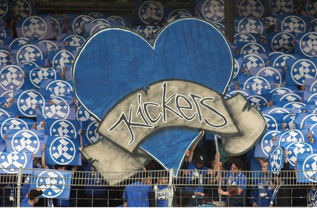 Die Fans der Stuttgarter Kickers sind treu, dazu gehört auch die Liebe zu ihrer Fan-Hymne. Foto: Baumann Foto: