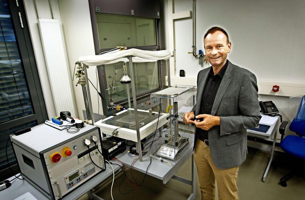 Boris Bauer vor seiner Messeinrichtung, mit der er  die Wärmeeigenschaften von Textilien untersucht. Foto: Ines Rudel