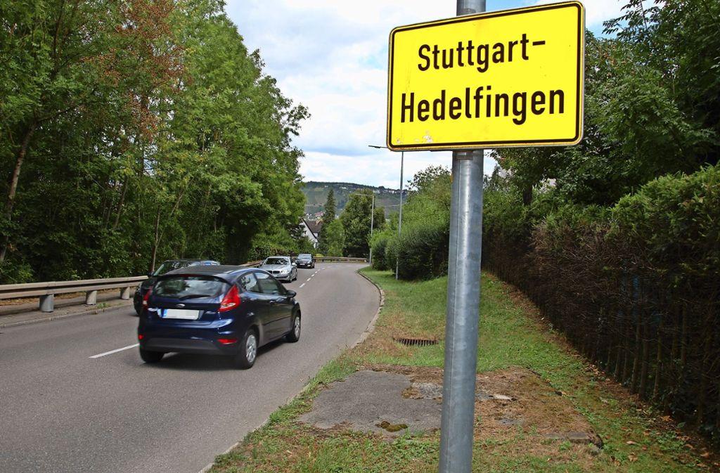 Das Ortsschild soll einige Meter weiter Richtung Lederberg versetzt werden. Foto: Mathias Kuhn
