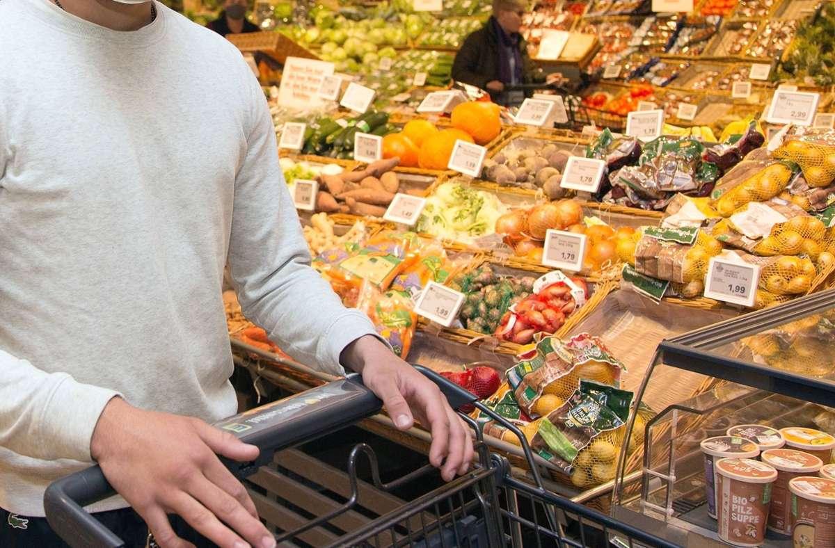 Getränke und haltbare Produkte sollten möglichst früh gekauft werden, so die Empfehlung (Symbolbild). Foto: imago images/avanti/Avanti/Ralf Poller via www.imago-images.de