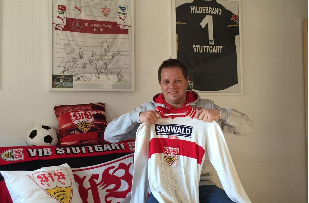 Günter Almberger zeigt das Trikot, mit dem seine Liebe zum VfB begann. Foto: Almberger