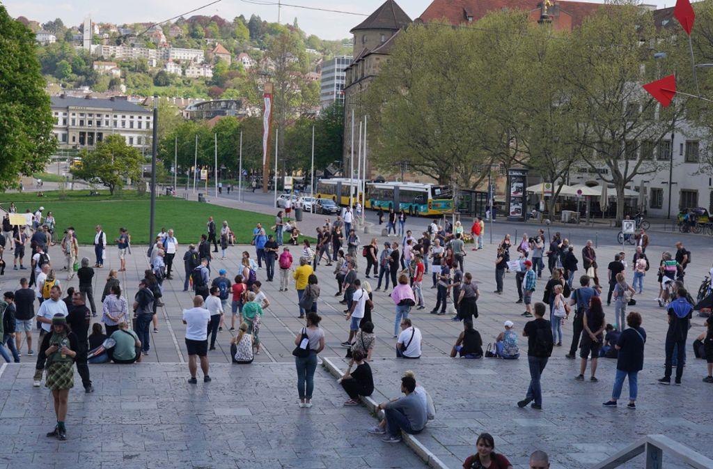 Mehrere Dutzend Menschen haben sich am Samstagmittag zu einer Kundgebung auf dem Schlossplatz versammelt. Foto: Andreas Rosar Fotoagentur-Stuttg