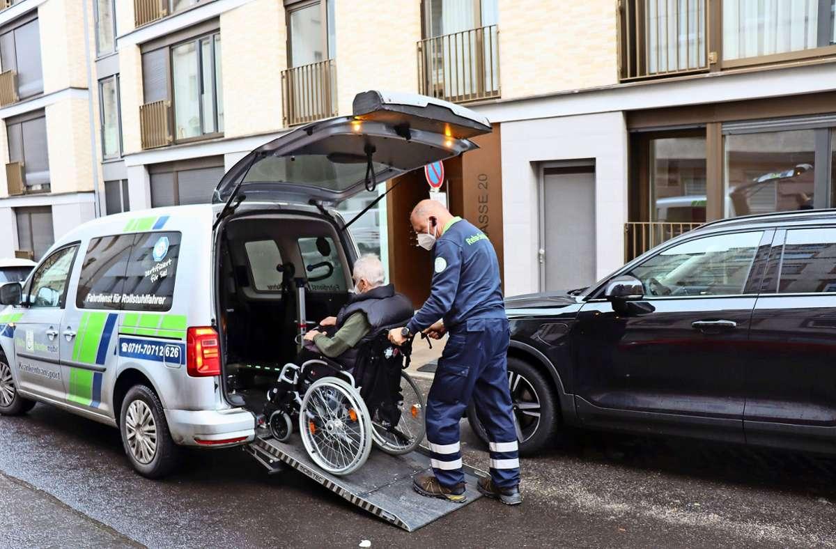 Krankentransporte müssen häufig noch in zweiter Reihe parken. Foto: Georg Friedel