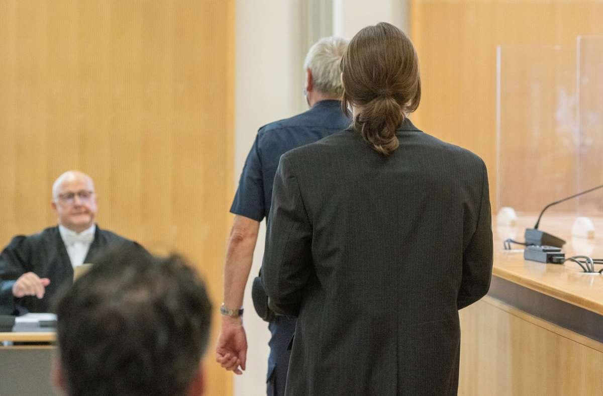 Der Angeklagte geht in den Verhandlungssaal des Gerichts. Foto: dpa/Armin Weigel