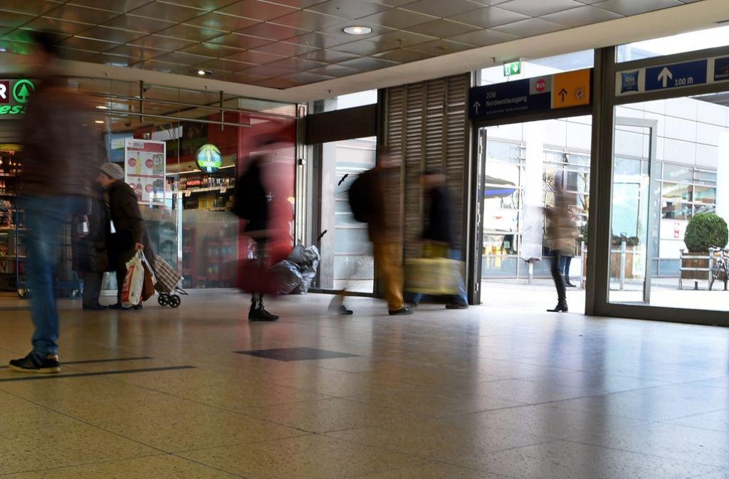 Reisende am Hauptbahnhof in hannover. Eine 15-jährige Deutsch-Marokkanerin hatte dort einen Bundespolizisten mit einem Messer schwer verletzt. Foto: dpa