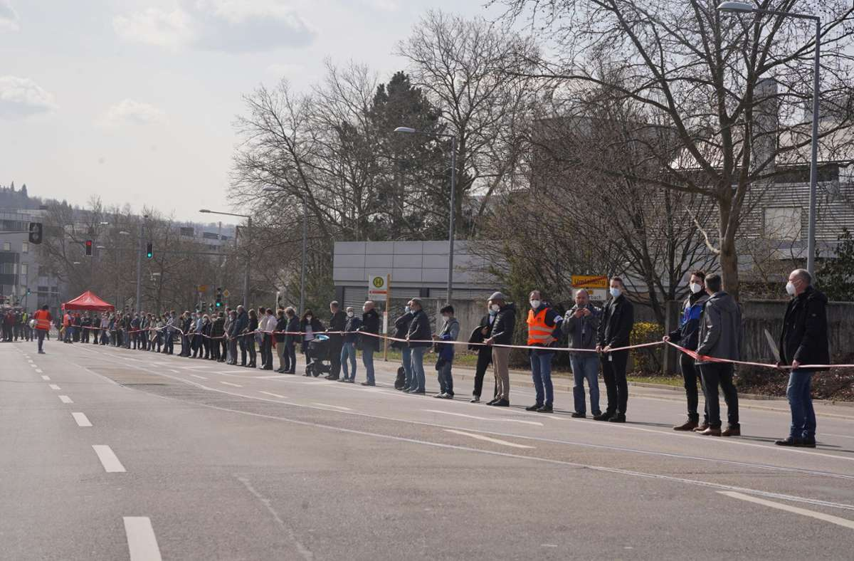 Die Menschenkette führte über rund drei Kilometer von Feuerbach nach Zuffenhausen. Foto: Andreas Rosar/Fotoagentur-Stuttg