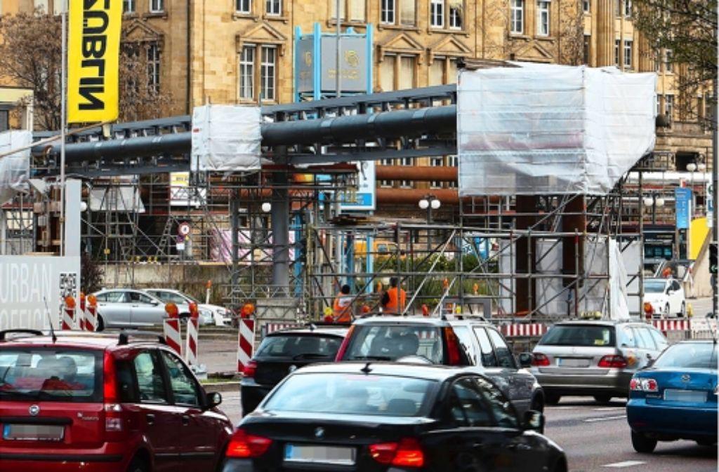 Vor der alten Bahndirektion werden derzeit Rohre verlegt. Ende März waren vom Ausgang der Arnulf-Klett-Passage bis hin zur Verkehrsinsel an der Friedrichstraße bereits oberirdisch Fernwärmeleitungen installiert worden - Bilder dieser Bauarbeiten sehen Sie in der Fotostrecke.  Foto: Michael Steinert