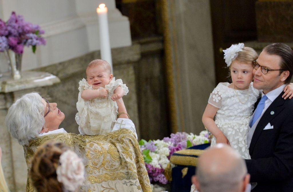Die vierjährige Estelle (zweite von rechts) scheint mit ihrem Bruder mitzuleiden: Bei seiner Taufe hat sich Prinz Oscar von Schweden dann doch ein paar Tränchen nicht verdrücken können. Foto: AFP