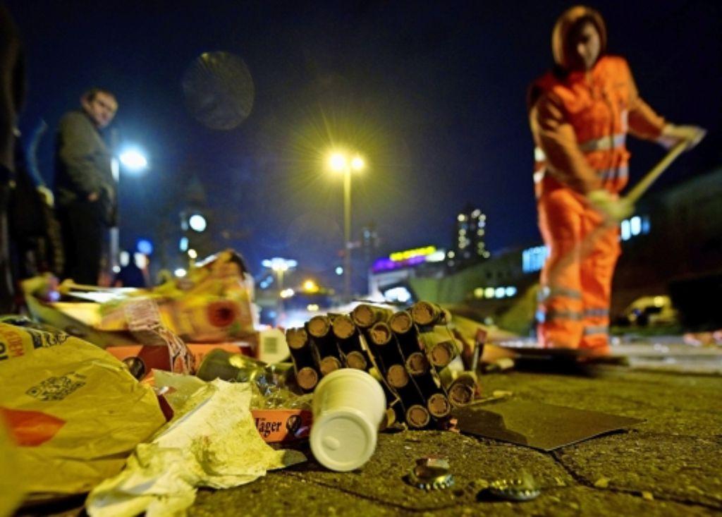 Nach Partynächten in der Theo ist auch das Hospitalviertel vermüllt. Jetzt macht die Stadt sauber, zahlen sollen die Anwohner. Foto: dpa