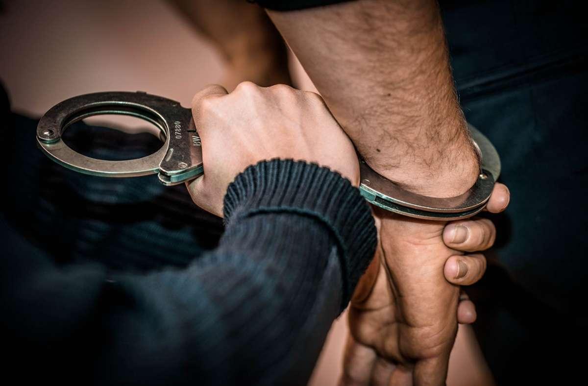 Die beiden Tatverdächtigen wurden festgenommen. Foto: Phillip Weingand/StZN