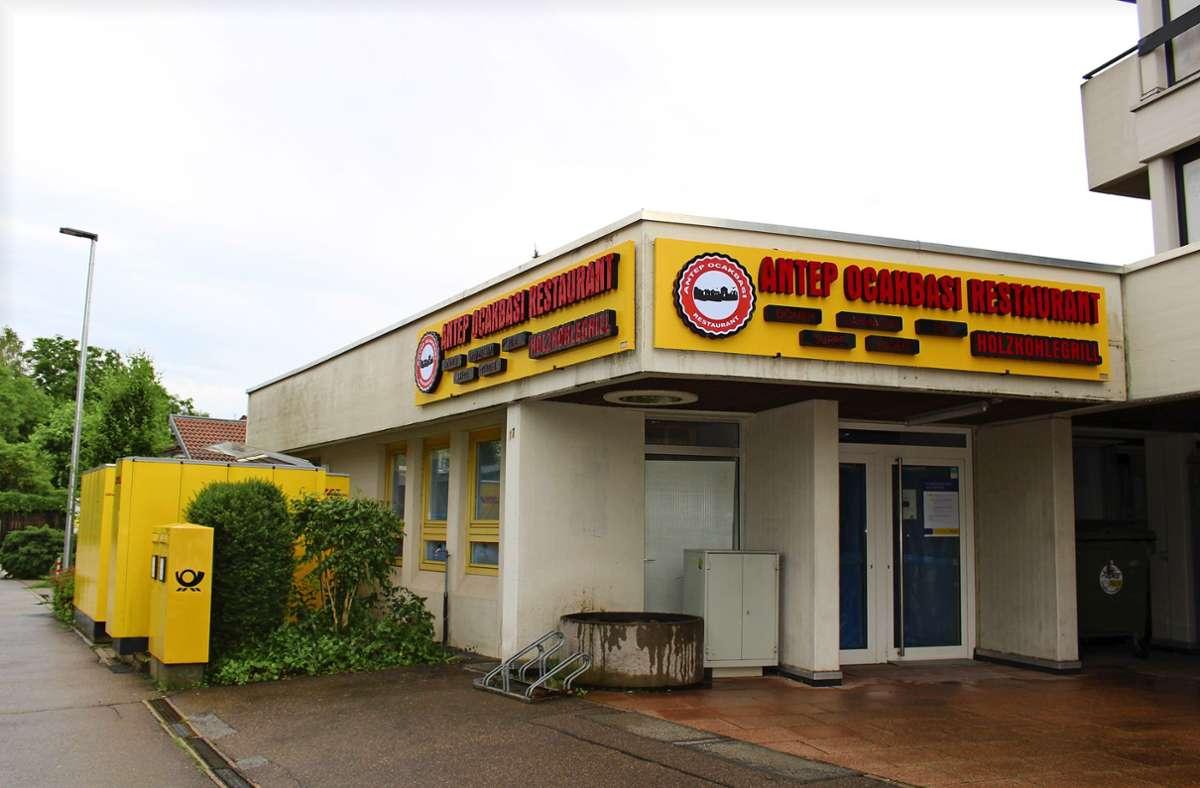 Über der ehemaligen Postbankfiliale am Wollgrasweg hängt seit Kurzem wieder ein gelbes Schild – das weißt allerdings nicht auf die Post hin. Foto: Caroline Holowiecki