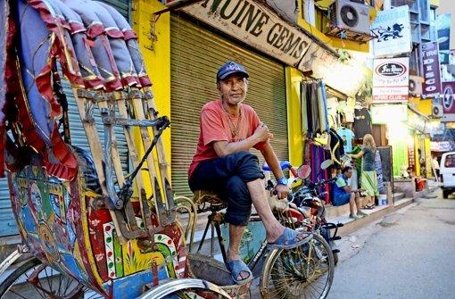Rikschafahrer wie dieser Mann  in Kathmandus Touristenviertel warten oft vergeblich auf Kundschaft. Foto: Graaf