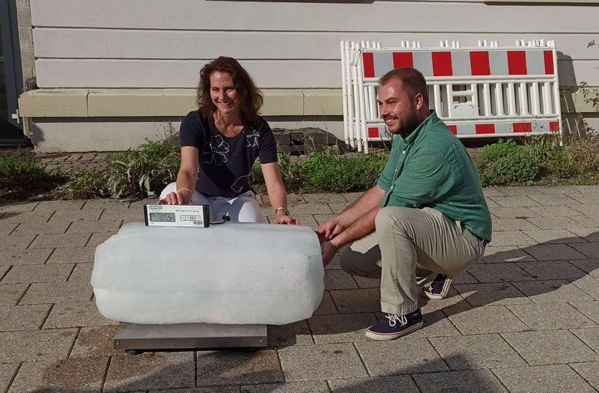Bürgermeisterin Andrea Schwarz und Steffen Märkle von der städtischen Stabsstelle Klima und Energie mit dem übrig gebliebenen Eis aus dem gedämmten Haus Foto: Stadt Ludwigsburg