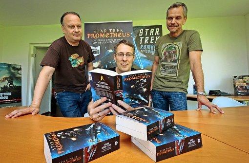 """Bernd Perplies (Mitte) ist der Autor, die Ludwigsburger Andreas Mergenthaler (links) und Hardy Hellstern verlegen die Star-Trek-Trilogie """"Prometheus"""". Foto: factum/Granville"""