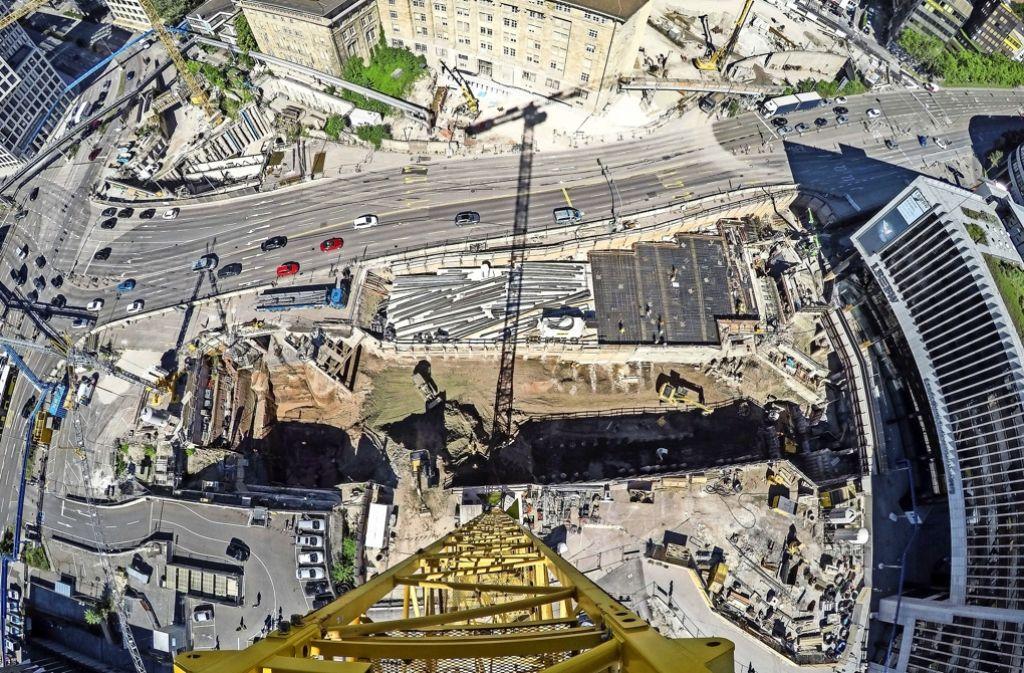 Beeindruckende Vogelperspektive auf die Baustelle des Tiefbahnhofs, dessen Kosten womöglich immer höher werden. Foto: dpa