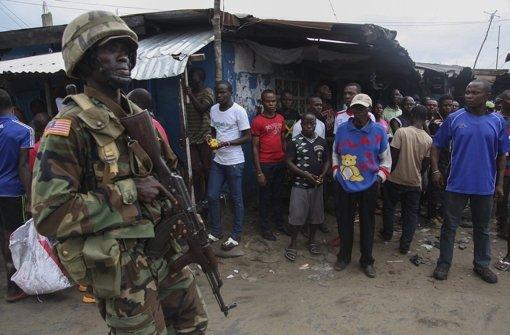 In Liberia sorgen Soldaten dafür, dass die Ausgangssperre eingehalten wird. Foto: EPA