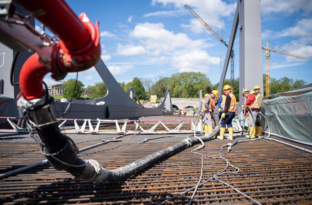 Die Arbeiten an der Neckarbrücke in Stuttgart sind in vollem Gange. Foto: dpa
