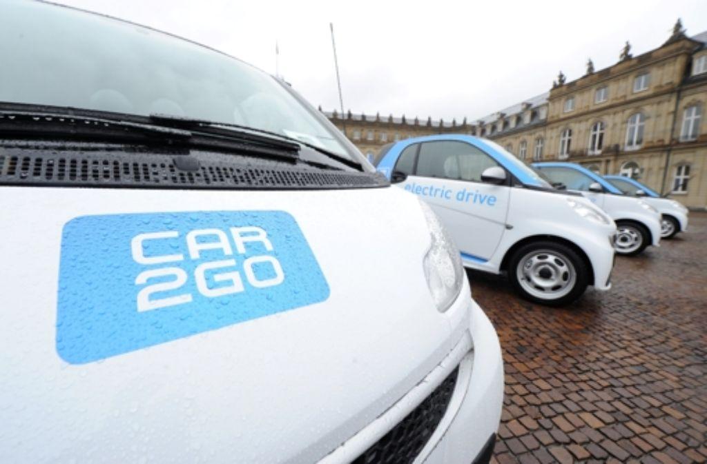 Bisher bietet Daimler über seine Carsharing-Tochter Car2Go lediglich innerstädtische Fahrten mit kleinen Stadtautos der Marke Smart an. Bald sollen auch Fahrzeuge der Marke Mercedes-Benz genutzt werden können. Foto: dpa