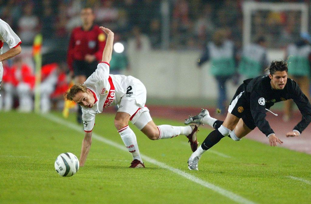 Andreas Hinkel (links) vom VfB Stuttgart im Duell mit Cristiano Ronaldo Foto: Pressefoto/Baumann