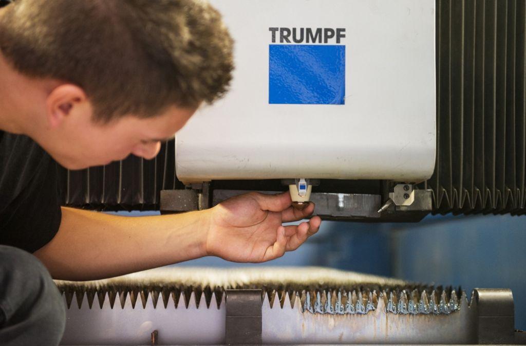 Trumpf-Mitarbeiter bei der Einstellung einer Maschine. Wie lang wird in Zukunft gearbeitet? Foto: dpa