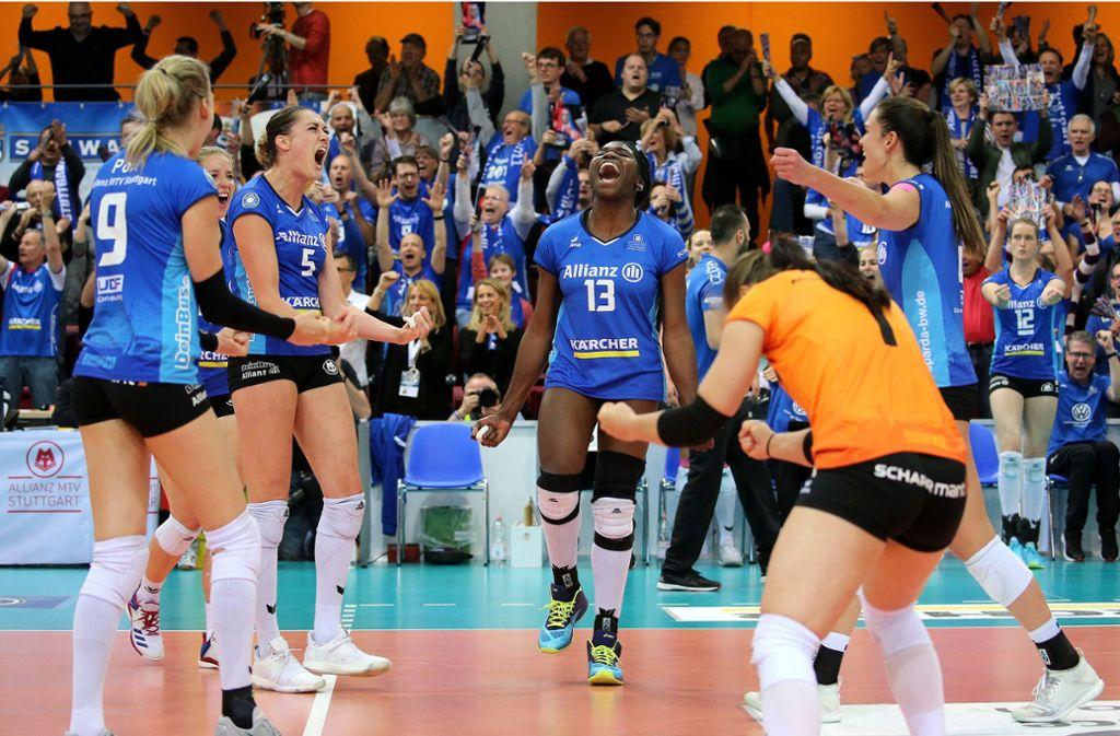 Sieg nach einem Krimi: Unbändiger Jubel bei den Stuttgarter Volleyballerinnen Foto: Baumann