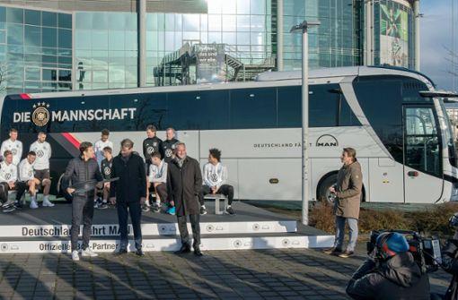 Die Nationalelf fährt VW-Bus
