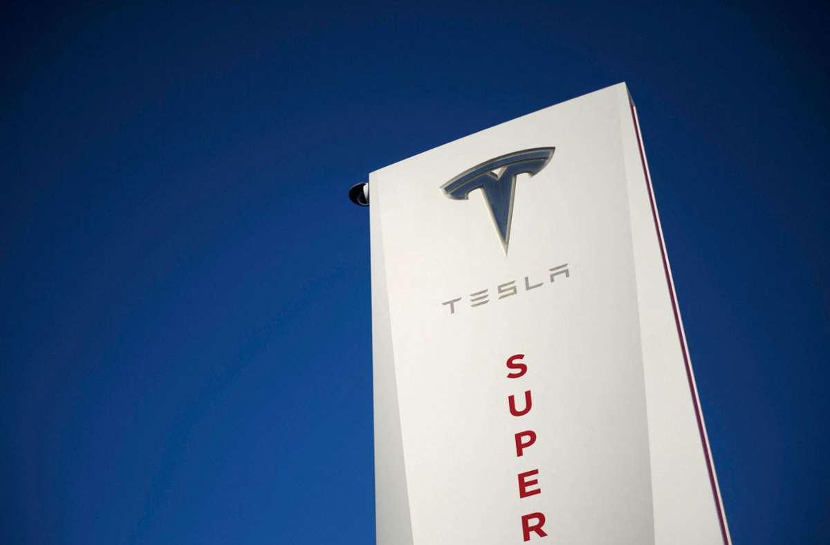 Eine Tesla-Ladestation in Kalifornien. Das Unternehmen fährt wieder schwarze Zahlen ein. Foto: AFP/PATRICK T. FALLON