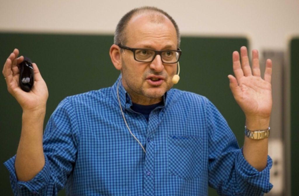 Christian Hesse erklärt den Kindern die Regeln des Zufalls. Foto: Lichtgut/Leif Piechowski