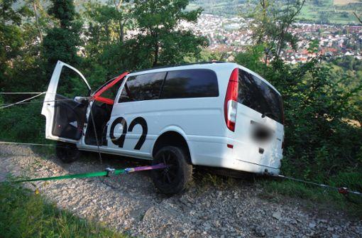 Spezialeinheit rettet Auto vor dem Abgrund