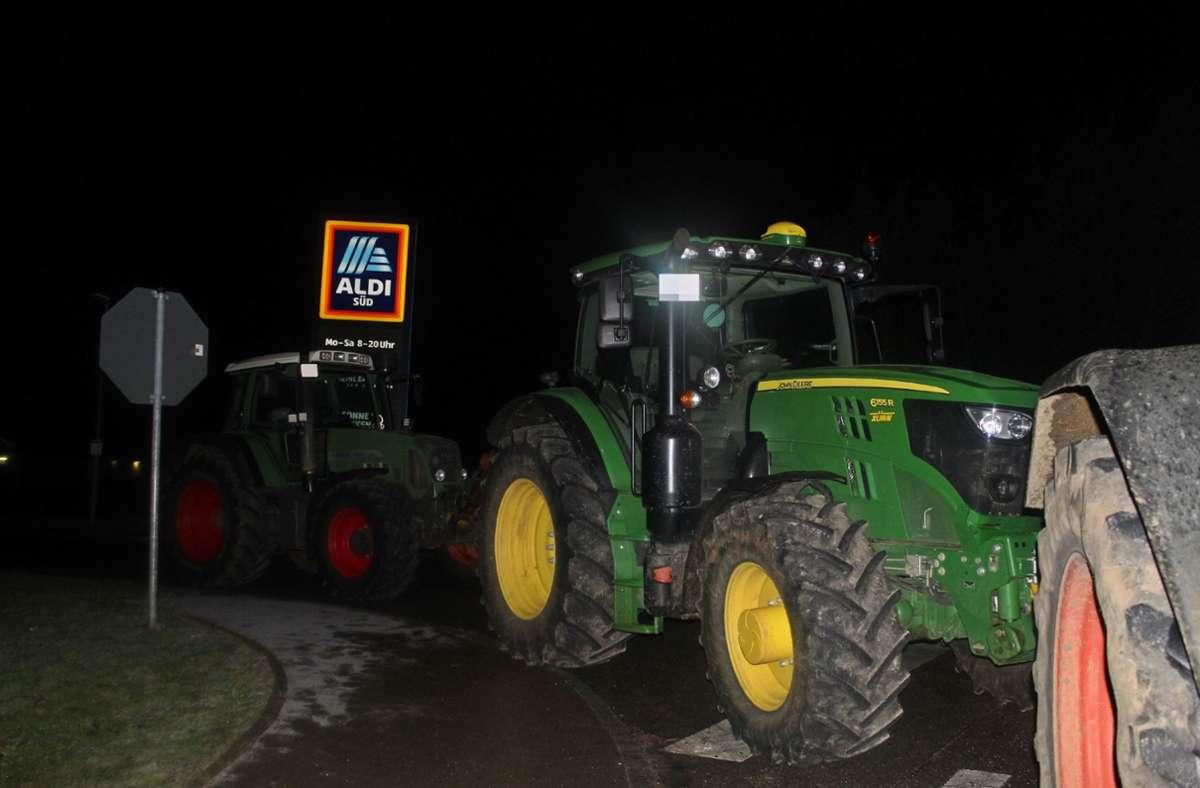 Die Landwirte hinderten 30 Lkw daran, auf das Gelände zufahren. Foto: /SDMG / Schulz