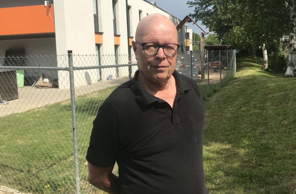 Genervt vom nächtlichen Geruch nach Grillkohle: Klaus Sander wohnt schräg gegenüber der Flüchtlingsunterkunft in Stuttgart-Birkach. Foto: Julia Bosch