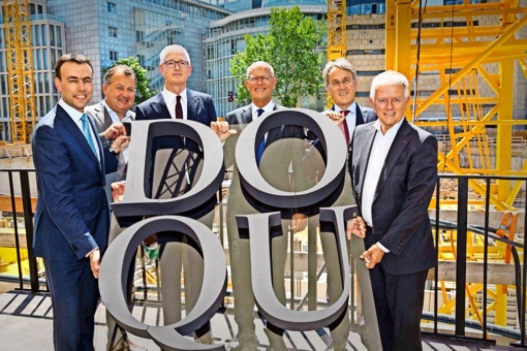 Nils Schmid, Stefan Behnisch, Willy Oergel, Willem van Agtmael, Wienand Meilicke und Fritz Kuhn (von links)  auf der Baustelle am Karlsplatz. Foto: Lichtgut/Leif Piechowski
