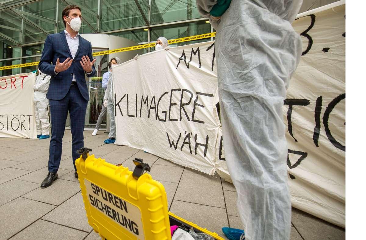 CDU-Mann Manuel Hagel diskutiert mit Demonstranten. Foto: Lichtgut/Leif Piechowski