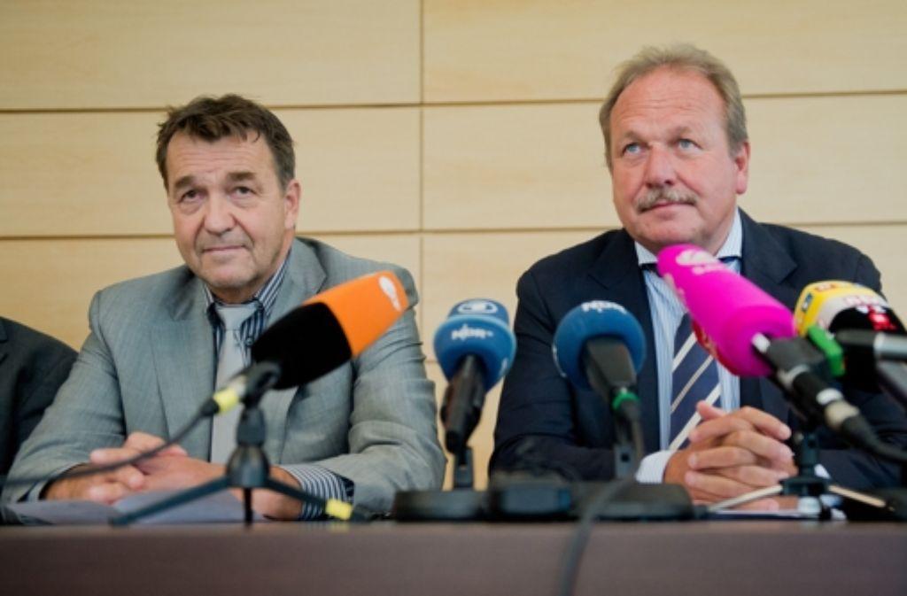 Thomas Böhle, der Präsident der kommunalen Arbeitgeber (links) und der Verdi-Vorsitzende Frank Bsirske stellen in Hannover die Details des Abschlusses vor. Foto: dpa