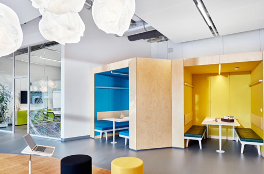 Farbe bekennen – Thinktanks sind Wohlfühlorte, um Energie zu tanken und neue Freiräume im Kopf zu schaffen, Produkte: Vitra.   Foto: Endress & Hauser © Vitra, Photo: Eduardo Perez