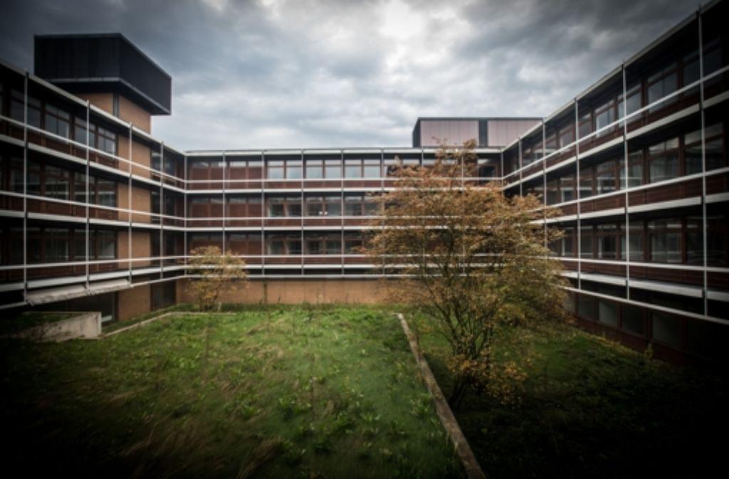 Seit Jahren steht die frühere IBM-Zentrale an der A8 bei Vaihingen leer und verkommt immer mehr. Die Kosten für den Umbau in  ein Wohnheim wären immens. Foto: Achim Zweygarth
