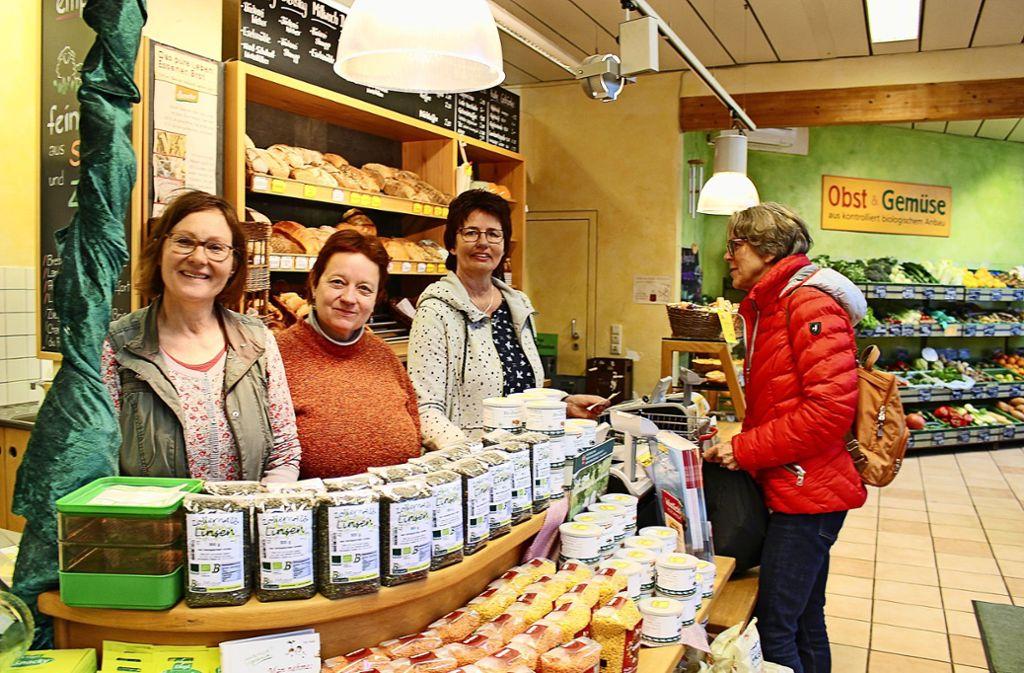 Gita Roos, Sonja Bareiß, Inge Wick (v.l.) vom Grünschnabel in Stuttgart-Vaihingen wollen einen Kontrapunkt setzen zu den Ketten und Discountern. Foto: Holowiecki