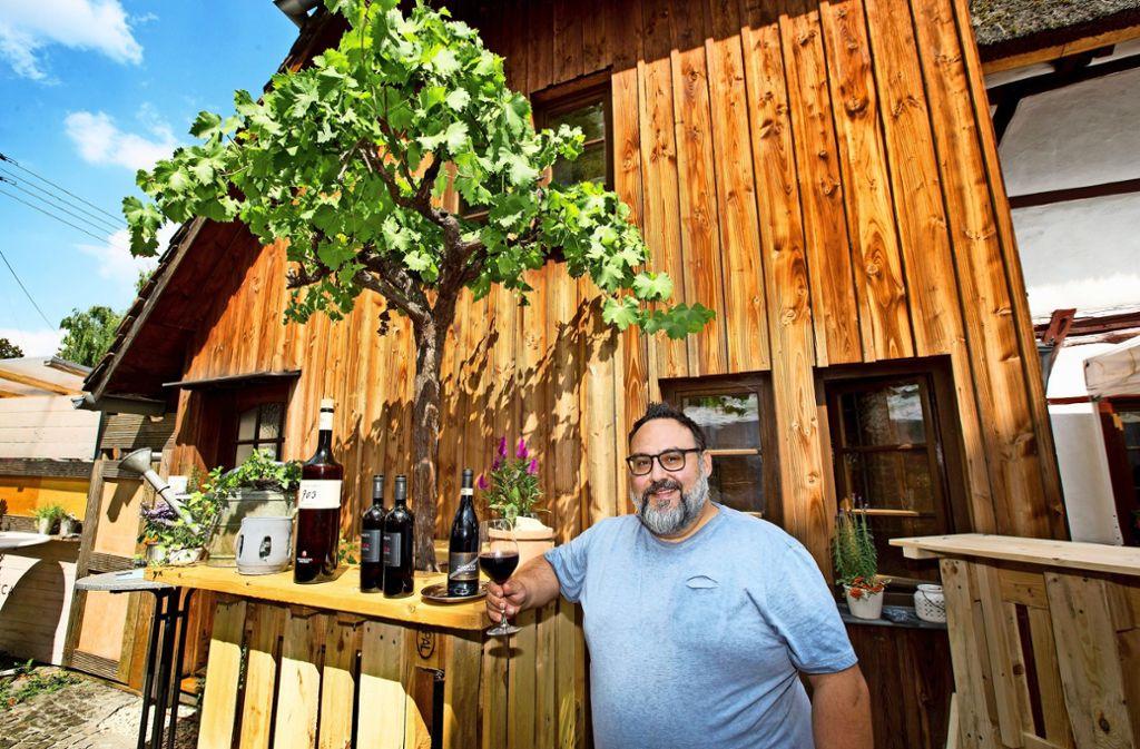 Marco Fierro kredenzt seinen Gästen gerne italienische Weinraritäten. Foto: Horst Rudel