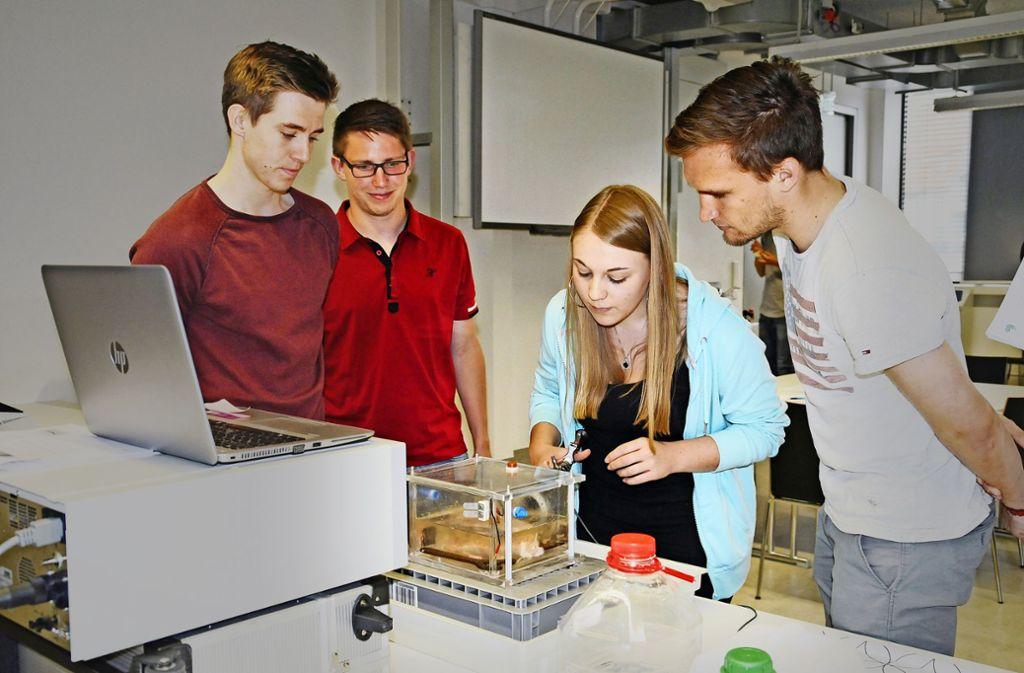 Studierende des Campus Tuttlingen sind eng an die Unternehmen angebunden – hier  machen sie ein Praktikum beim Endoskophersteller Karl Storz. Foto: Hochschule  Furtwangen