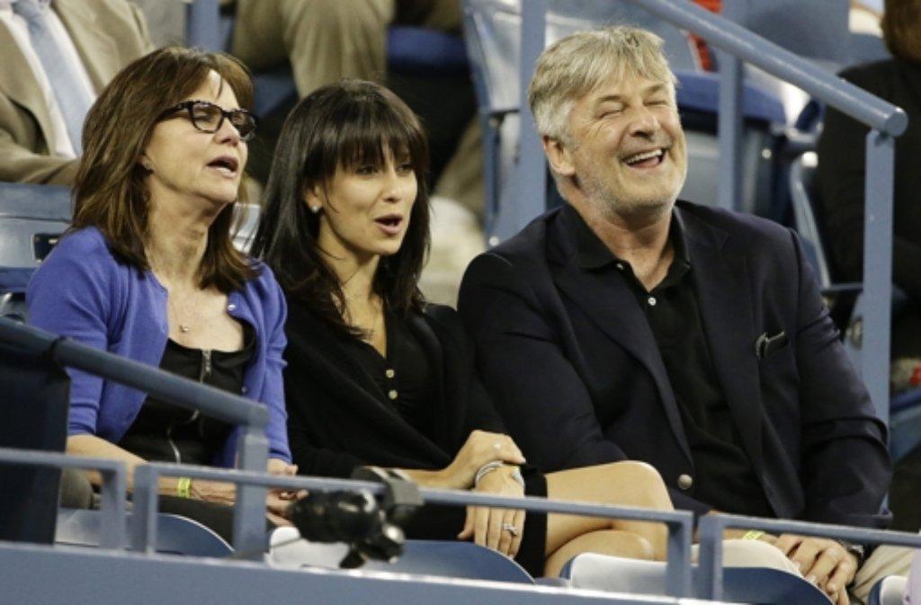 Wollten sich Roger Federers Achtelfinalmatch bei den US Opern nicht entgehen lassen: US-Schauspielerin Sally Field (links), ihr Kollege Alec Baldwin (rechts) und seine Frau Hilaria. Foto: dpa