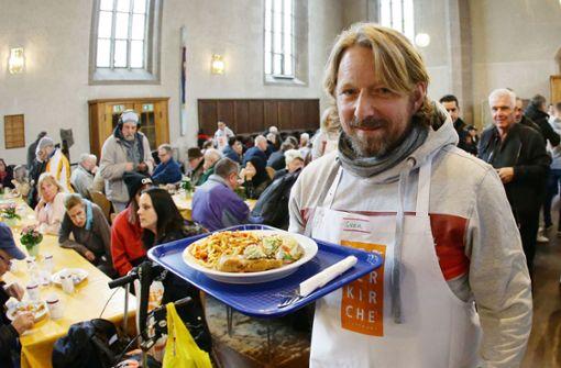 Der VfB verteilt Essen in der Vesperkirche