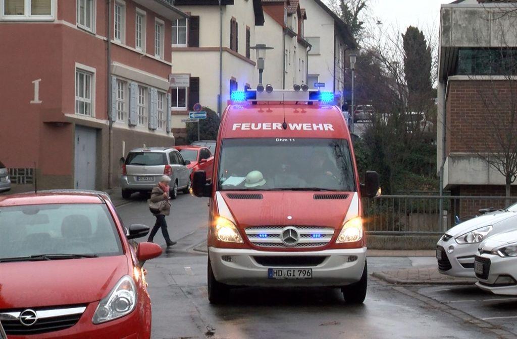 Ein Feuerwehrauto  machte Warndurchsagen an die Bevölkerung. Foto: dpa