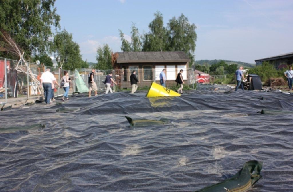 Der Rundgang der Cannstatter CDU führte auch über die Folien, mit denen die Eidechsen vergrämt werden. Foto: Annina Baur
