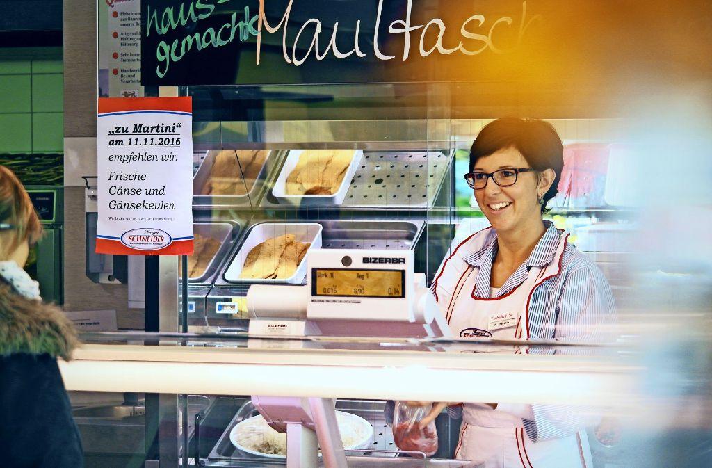 Agnes Häberle leitet die Plochinger Filiale der Metzgerei Schneider. Die 29-Jährige liebt ihren Beruf und will ihn wieder beliebt machen. Foto: Ana-Marija Bilandzija