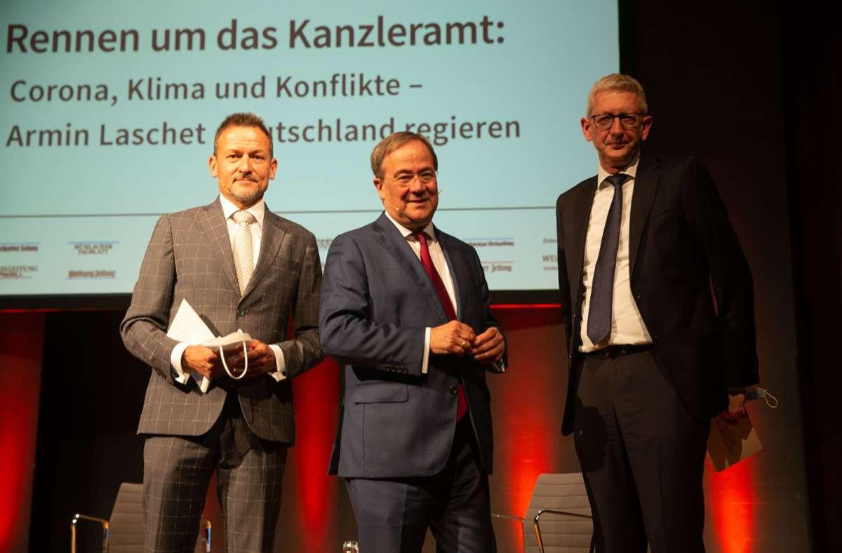 Der CDU-Vorsitzende  Armin Laschet (m.) bei der Podiumsdiskussion mit dem Chefredakteur der Stuttgarter Nachrichten, Christoph Reisinger (l.), und dem Chefredakteur der Stuttgarter Zeitung, Joachim Dorfs (r.). Foto: LICHTGUT/Leif Piechowski/Leif Piechowski