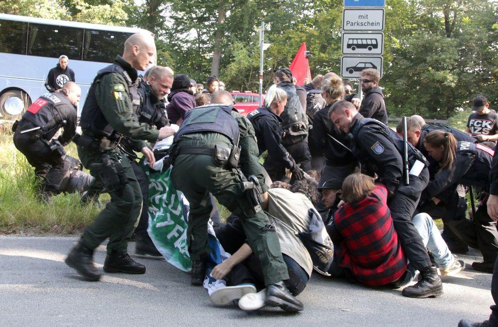 """Die Polizei beendet einen Protest von Gegnern des Kyffhäusertreffen """"Der Flügel"""" der AfD Foto: dpa"""