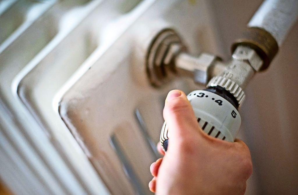 Ein Thermometer zeigt in mehreren Schulen an, wann es warm genug ist. Foto: dpa