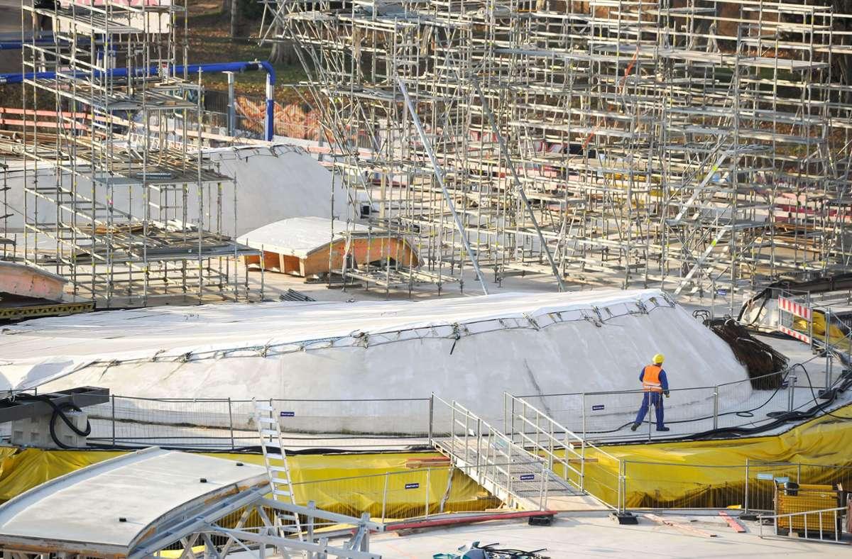 Der neue Tiefbahnhof soll Ende 2025 in Betrieb gehen. Die Lichtaugen auf dem Dach zeichnen sich inzwischen im Rohbau ab. Foto: Lichtgut/Max Kovalenko